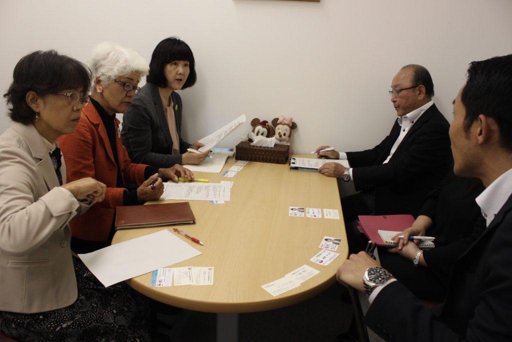 (左奥から)梅村前衆院議員、前原県議、雪田市議